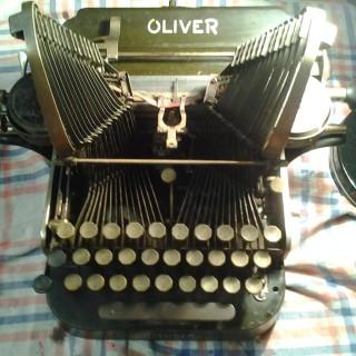 """Schlagfertige Tippsen – """"Schreibmaschinen"""" Vom rostigen Kellerfund zur auferstandenen Schönheit"""