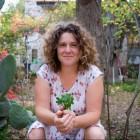 """אילנה שטיין, מגדלת ירקות וילדים בהרי ירושלים, מעצבת ומאיירת, יוצרת """"לוח שנה בגינה"""""""